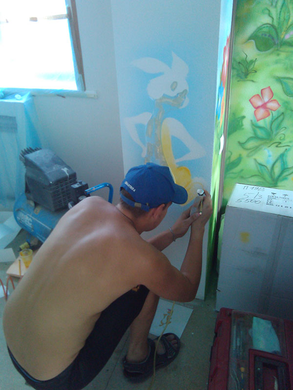 Процесс росписи детской комнаты