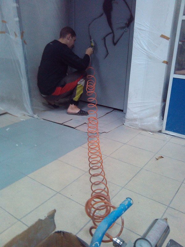 Процесс росписи стен в спортивном магазине