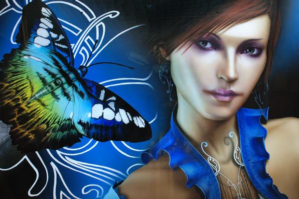 Девушка и бабочка на капоте Мицубиши